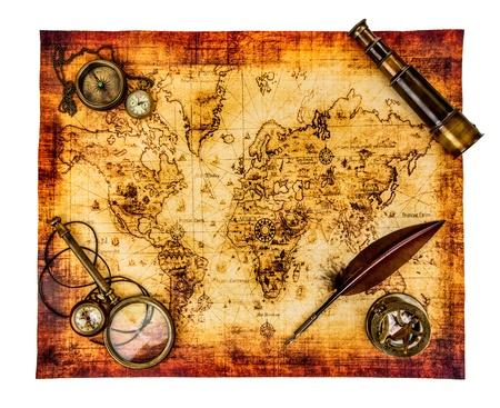 Vintage vergrootglas, kompas, ganzenveer, verrekijker en een zakhorloge liggend op een oude kaart op wit wordt geïsoleerd.