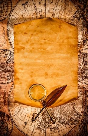 pergamino: Viejo papel en blanco con el borde curvado en el contexto de un antiguo mapa