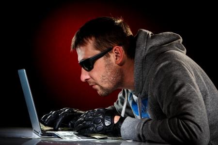 robando: Hacker en unas gafas de sol con port?til.