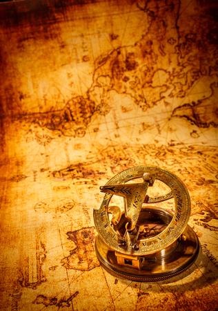 antyk: Vintage nadal życia. Vintage Kompas leży na starożytnej mapie świata.
