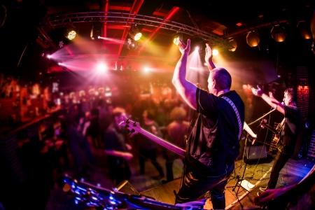 concierto de rock: Band actúa en el escenario, rock concierto de música