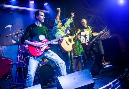 Band presteert op het podium, rock concert