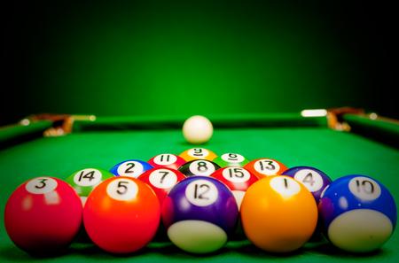 bola de billar: Quince esferas de billar estaba en el pa?o verde