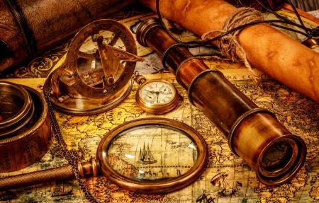 빈티지 돋보기, 나침반, 망원경 및 오래 된지도에 누워 포켓 시계입니다.