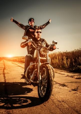 moteros: Bikers Pareja en una chaqueta de cuero en una motocicleta en la carretera