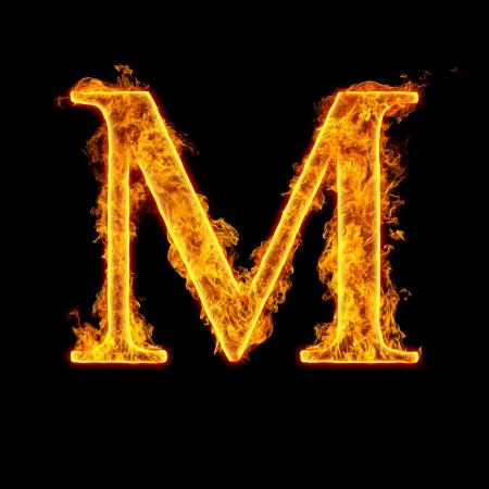Brand alfabet letter M geïsoleerd op een zwarte achtergrond.