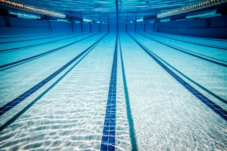 natacion: piscina bajo el agua ...