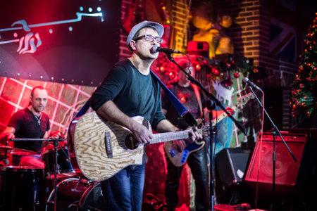 zábava: Kapela vystupuje na jevišti, koncert rockové hudby