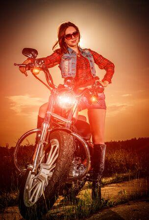 motorrad frau: Biker-Mädchen mit Sonnenbrille und Motorrad
