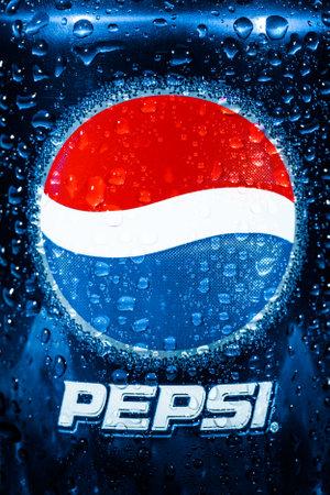 lata de refresco: MOSCÚ, RUSIA, 04 de abril 2014: Lata de Pepsi Cola de cerca. Pepsi es un refresco carbonatado que se produce y fabricado por PepsiCo. Creado y desarrollado en 1893.