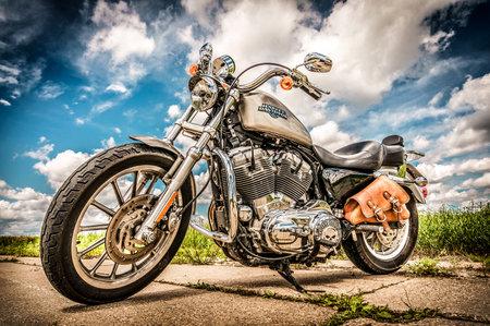 RUSSIE au 7 juillet 2013: Harley-Davidson Sportster 883 Low. Harley-Davidson soutient une grande communauté de marque qui maintient actif à travers les clubs, les événements et un musée. Filtre appliqué en post-production.