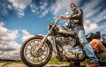 motorrad frau: RUSSLAND-7. Juli 2013: Radfahrer auf Fahrrad Harley Sportster. Harley-Davidson tr�gt eine gro�e Marken-Community, die durch Clubs, Events und einem Museum aktiv h�lt. Filter angewendet in der Postproduktion. Editorial