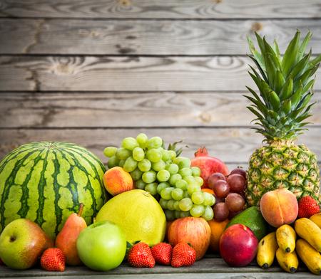 Assortiment de fruits exotiques sur un fond de bois Banque d'images - 29747729