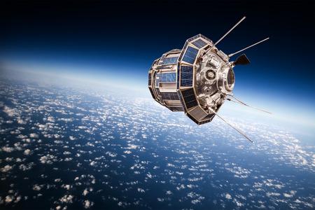 지구 궤도를 도는 우주 위성 스톡 콘텐츠