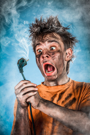 cables electricos: Boy tiene una descarga eléctrica