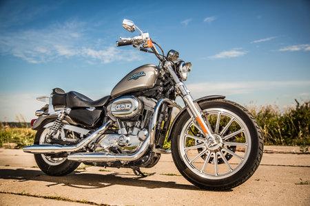 RUSSIE-7 juillet 2013: Harley-Davidson Sportster 883 Low. Harley-Davidson soutient une grande communauté de marque qui maintient active à travers les clubs, les événements, et un musée. Filtre appliqué en post-production. Banque d'images - 31007717