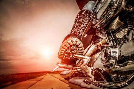 motorrad frau: Biker M�dchen reiten auf einem Motorrad. Unteransicht der Beine in Lederstiefel. Lizenzfreie Bilder