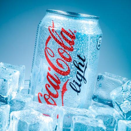 lata de refresco: MOSCÚ, RUSIA-04 de abril 2014: Lata de Coca-Cola Lignt en hielo. Coca-Cola es un refresco carbonatado vendido en tiendas, restaurantes y máquinas expendedoras en todo el mundo.