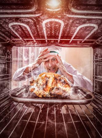 재미 요리사는 오븐에 구운 치킨을 간과, 그래서 그녀는 검게 그을했다, 오븐의 내부에서 볼 수 있습니다. 쿡은 당황하고 화가. 패자는 운명입니다!