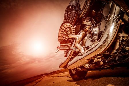 casco moto: Biker niña de montar en una motocicleta. Vista inferior de las piernas en las botas de cuero.