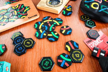 logica: RUSIA-07 de julio 2013: Juego de Lógica Tantrix.Tantrix es un juego abstracto mosaico basado hexagonal inventada por Mike McManaway de Nueva Zelanda. Cada una de las 56 baldosas diferentes en el conjunto contiene tres líneas.