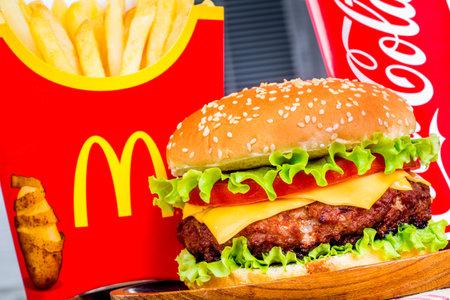 Moskau, Russland-6. Oktober 2014: McDonald 's Essen. McDonalds Corporation ist der weltweit größte Kette von Hamburger Fastfood-Restaurants, in denen rund 68 Millionen Kunden täglich in 119 Ländern