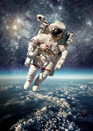 Astronauta en el espacio exterior contra el telón de fondo del planeta tierra. Foto de archivo - 36146055