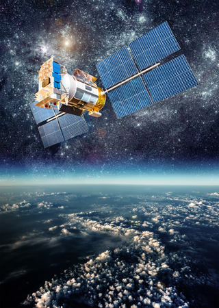 navegacion: Satélite espacial orbitando la Tierra.