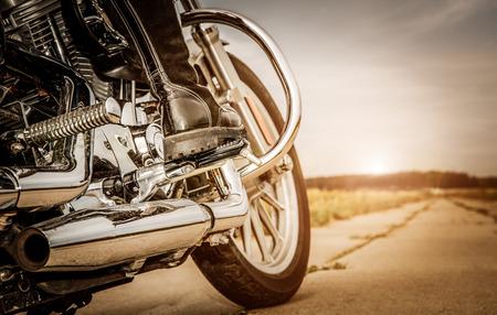 jinete: Biker ni�a de montar en una motocicleta. Foto de archivo