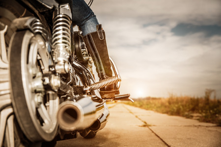 casco moto: Biker niña de montar en una motocicleta. Foto de archivo