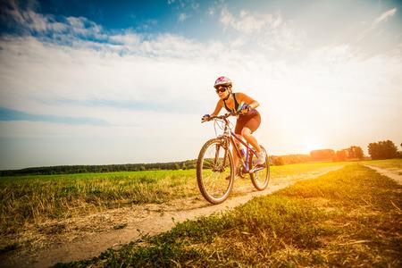 Vrouwen op de aard van het berijden van een fiets