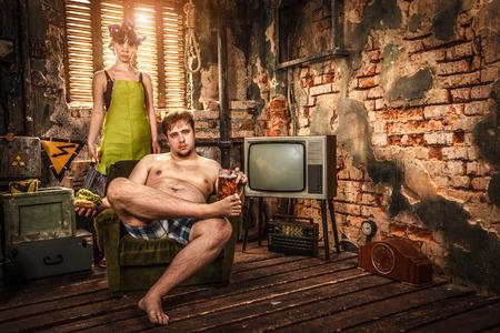 aliments droles: La vie de famille. Portrait de mari et femme dans une pauvre chambre des bidonvilles.