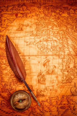 Compás de la vendimia y la pluma pluma de ganso tumbado en un viejo mapa en 1565. Foto de archivo - 36986744