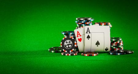 チップのスタックと緑ベーズ - 火かき棒ゲームのコンセプトのテーブルに 2 つの ace