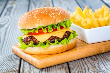 Lecker und appetitlich Hamburger Cheeseburger