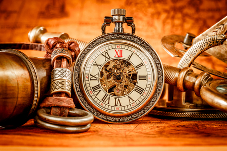 antique clock: Antiguo reloj de bolsillo de la vendimia. Grunge Vintage bodeg�n. Foto de archivo