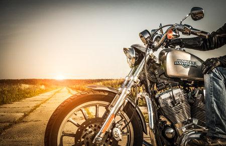 RUSSLAND-7. Juli 2013: Radfahrer auf dem Fahrrad Harley Sportster. Harley-Davidson trägt eine große Marken-Community, die durch Clubs, Events aktiv hält, und ein Museum. Filter in der Postproduktion angewendet. Editorial