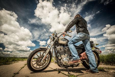 motorrad frau: RUSSLAND-7. Juli 2013: Radfahrer auf dem Fahrrad Harley Sportster. Harley-Davidson tr�gt eine gro�e Marken-Community, die durch Clubs, Events aktiv h�lt, und ein Museum. Filter in der Postproduktion angewendet. Editorial