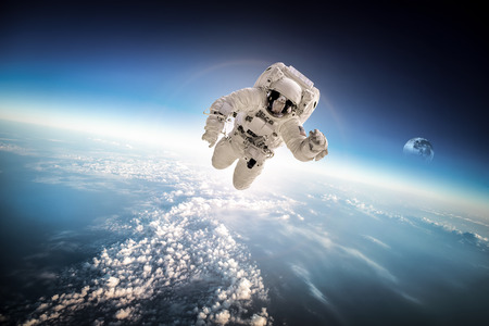 Astronaut im Weltraum vor dem Hintergrund des Planeten Erde.
