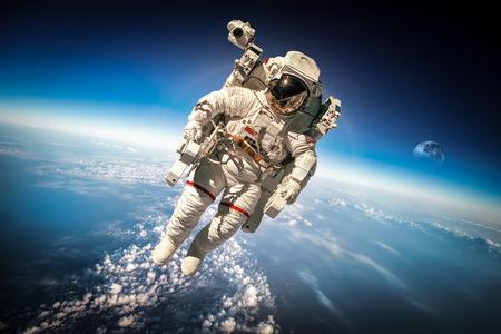 medio ambiente: Astronauta en el espacio exterior contra el tel�n de fondo del planeta tierra. Foto de archivo