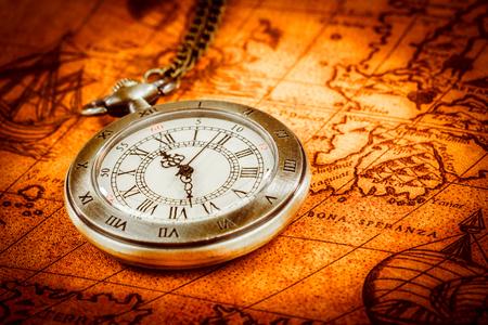 Antiguo reloj de bolsillo de la vendimia en un antiguo mapa del mundo en 1565 ..