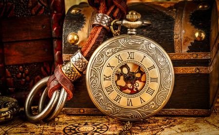grabado antiguo: Antiguo reloj de bolsillo de la vendimia. Grunge Vintage bodegón. Foto de archivo