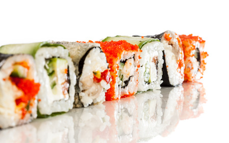 とってもおいしいです。白い背景の上の寿司ロール