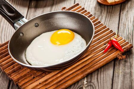 huevos fritos: Huevos fritos sobre una mesa de madera, desayuno Foto de archivo
