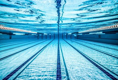 プール水の下で.