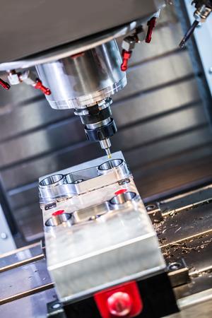 Metallbearbeitung CNC-Fräsmaschine. Schneiden von Metall moderne Verarbeitungstechnologie. Kleine Tiefenschärfe. Warnung - authentisch Dreharbeiten in schwierigen Bedingungen. Ein wenig Korn und vielleicht verwischt.