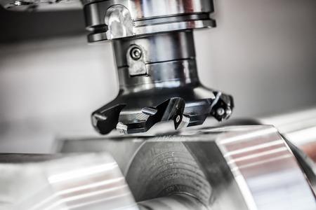 Metalmecánica fresadora CNC. Cortar metal moderno tecnología de procesamiento. Pequeña profundidad de campo. Advertencia - tiroteo auténtico en condiciones difíciles. Un poco de grano poco y tal vez borrosa. Foto de archivo - 40694184