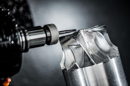 maquinaria pesada: Metalmecánica fresadora CNC. Cortar metal moderno tecnología de procesamiento. Pequeña profundidad de campo. Advertencia - tiroteo auténtico en condiciones difíciles. Un poco de grano poco y tal vez borrosa.