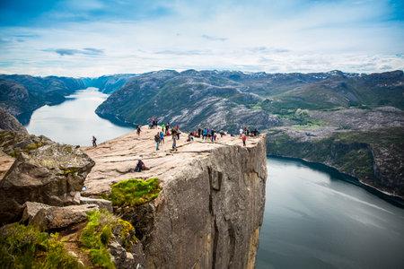 NOORWEGEN 22 juni 2015: Preikestolen of Prekestolen, ook bekend door het Engels vertalingen van Preacher's Preekstoel Preekstoel of Rock, is een bekende toeristische attractie in Forsand, Ryfylke, Noorwegen