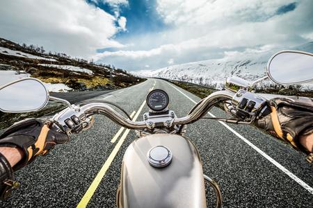 バイカー山蛇紋岩にオートバイに乗る。最初人の眺め。 写真素材
